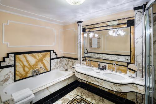 A bathroom at Baglioni Hotel Carlton - The Leading Hotels of the World