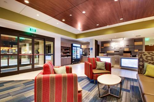 The lounge or bar area at Holiday Inn Express & Suites Helen, an IHG Hotel