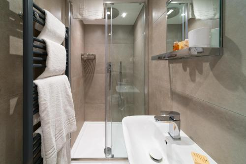 A bathroom at The Nags Head Hotel