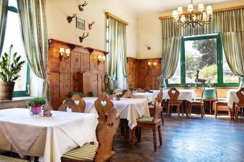 Un restaurante o sitio para comer en Hotel Bergwirt Schönbrunn
