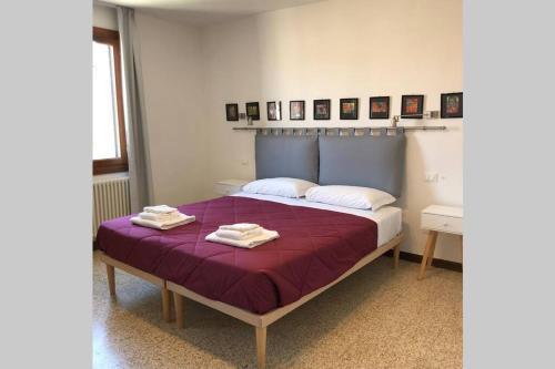מיטה או מיטות בחדר ב-Kosher House - 4th Floor Apartment