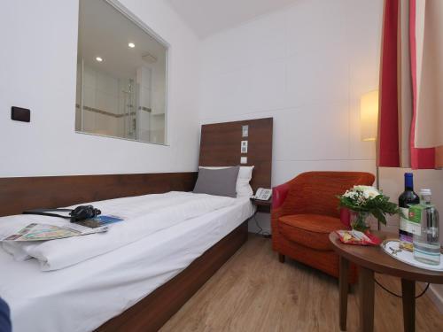 Кровать или кровати в номере Hotel Westfalia