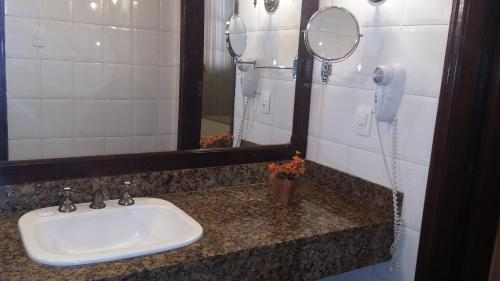 A bathroom at Hotel Glória Resort & Convention