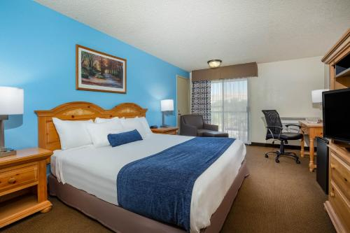 A bed or beds in a room at Baymont by Wyndham Yakima