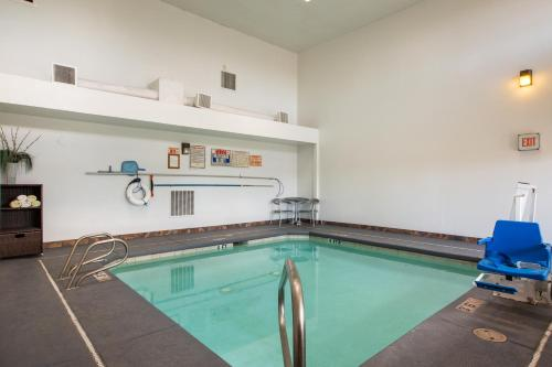 The swimming pool at or close to Sandia Peak Inn at Old Town Albuquerque