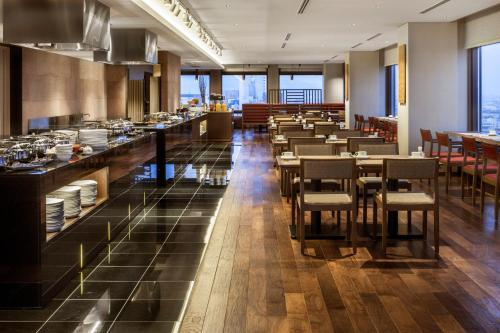 A restaurant or other place to eat at ANA Holiday Inn Kanazawa Sky, an IHG Hotel