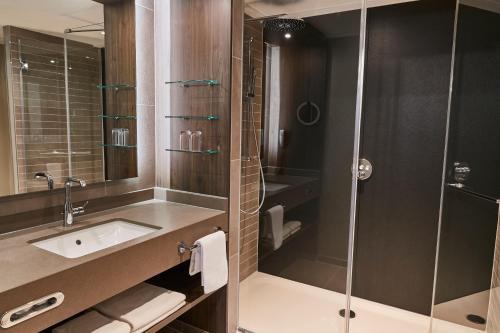 A bathroom at Steigenberger Hotel de Saxe