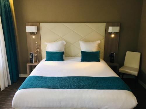 A bed or beds in a room at Hotel Normandy