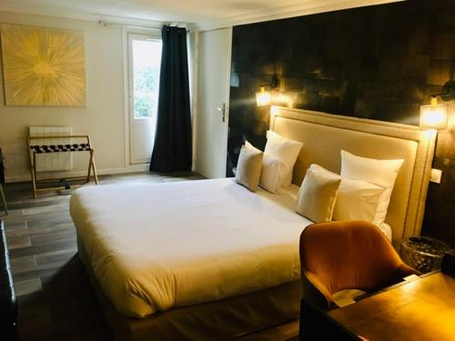 Un ou plusieurs lits dans un hébergement de l'établissement Hotel Acadie Orly Morangis