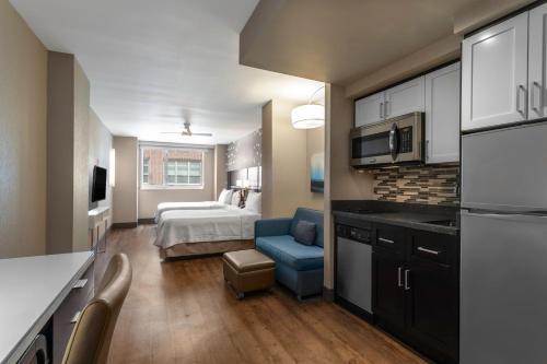 Cuisine ou kitchenette dans l'établissement Homewood Suites Midtown Manhattan Times Square South