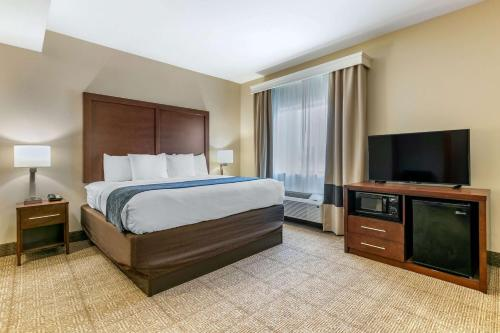 A bed or beds in a room at Comfort Suites Batesville