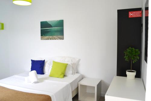 A bed or beds in a room at Alvor House Lagoon