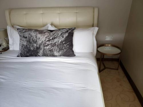 A bed or beds in a room at Luxlucive guest house