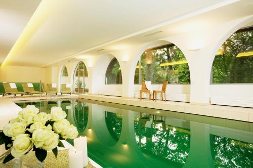The swimming pool at or close to Hotel Schloss Weikersdorf