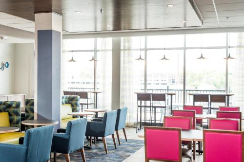 A restaurant or other place to eat at Holiday Inn Express & Suites Rock Falls, an IHG Hotel
