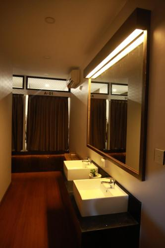 A bathroom at Vintage Hpa An Hotel