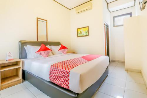 A bed or beds in a room at Vaccinated Staff - OYO 2225 Catur Adi Putra