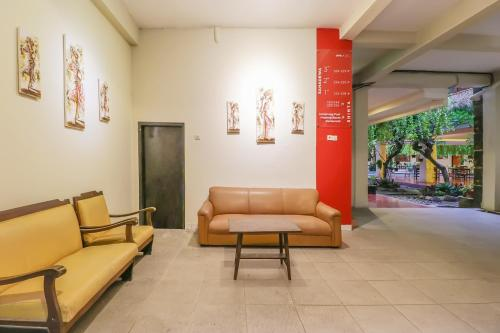 The lobby or reception area at Vaccinated Staff - OYO 2225 Catur Adi Putra