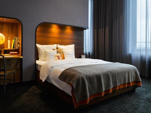 Een bed of bedden in een kamer bij 25hours Hotel HafenCity