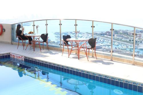 المسبح في Le Royal Corniche أو بالجوار
