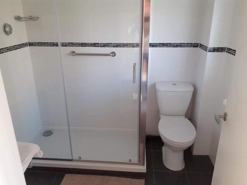 A bathroom at The Bear Inn and Burwash Motel