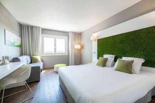 Een bed of bedden in een kamer bij Quality Hotel du Golf Montpellier Juvignac