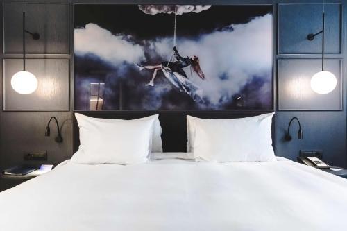 Cama o camas de una habitación en Radisson Blu Hotel, Madrid Prado