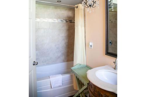 A bathroom at Tybee Island Inn Bed & Breakfast