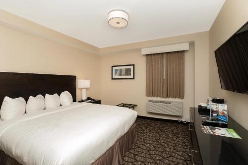 Cama o camas de una habitación en Tower Hotel at Fallsview