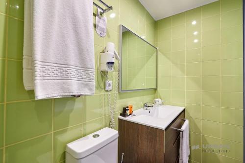 A bathroom at Urban Hotel Amadeos