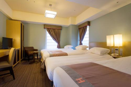 A bed or beds in a room at Hotel Monterey Hanzomon