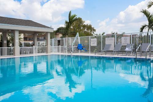 Der Swimmingpool an oder in der Nähe von Candlewood Suites Miami Intl Airport - 36th St, an IHG Hotel