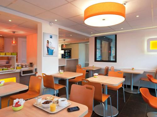 A restaurant or other place to eat at Ibis Budget Rambouillet