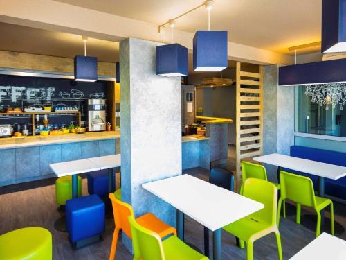 The lounge or bar area at ibis budget Carcassonne La Cité