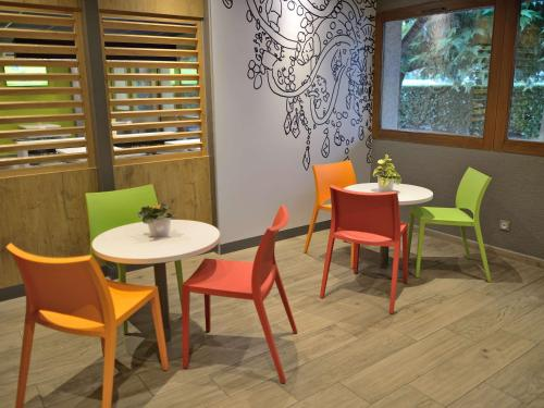 A restaurant or other place to eat at Ibis Budget Avignon Nord