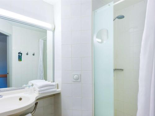 A bathroom at Ibis Budget Avignon Nord