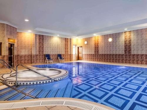 The swimming pool at or close to Mercure St. Albans Noke Hotel