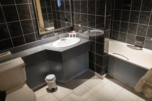 A bathroom at Ramada Birmingham/Sutton Coldfield