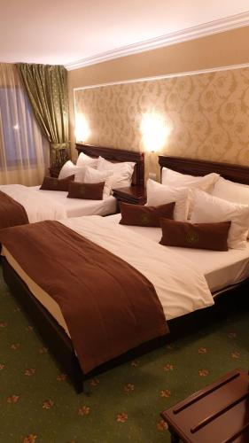 A bed or beds in a room at Hotel Fantanita Haiducului
