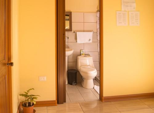 A bathroom at Villas Orosi Valley