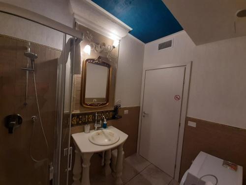 Um banheiro em Suites Train Station Mestre