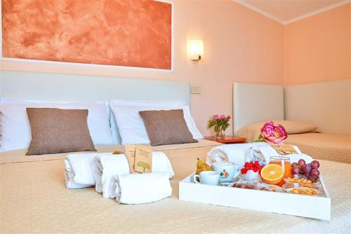 A bed or beds in a room at Hotel La Pergola