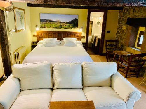 A bed or beds in a room at Posada La Torre de La Quintana