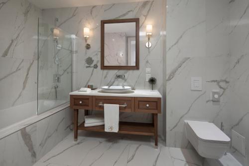A bathroom at Royal Blue Hotel