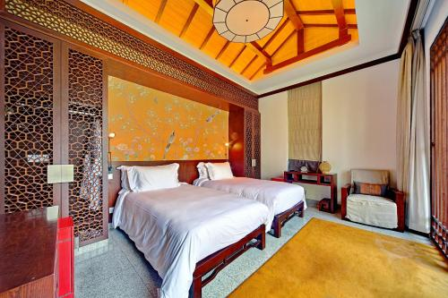 A bed or beds in a room at Banyan Tree Hangzhou