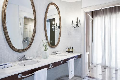 A bathroom at Elounda Gulf Villas