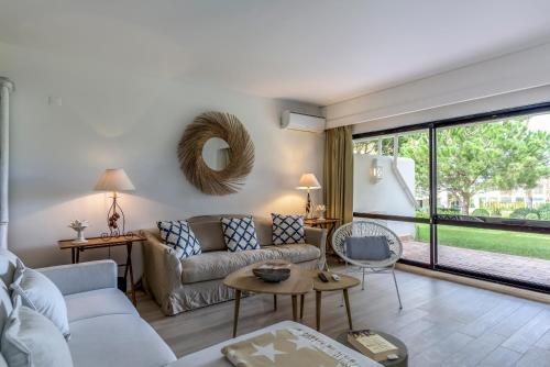 A seating area at FLH Victory Village Apartamento Quinta do Lago