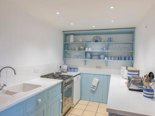 A kitchen or kitchenette at 1 North Crest House