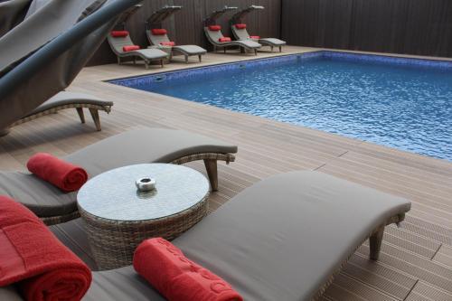 A piscina localizada em Rosh Rayhaan by Rotana ou nos arredores