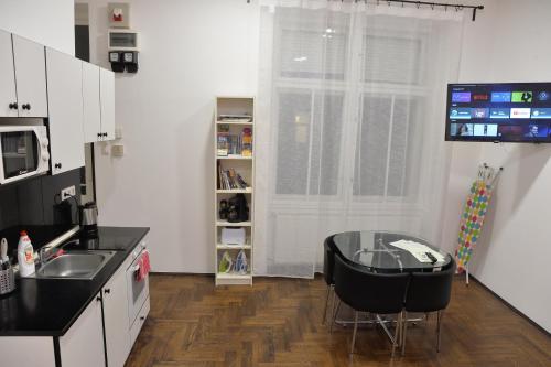 A kitchen or kitchenette at Katona Apartments